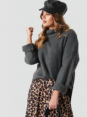 NA-KD Trend Side Slits High Neck Sweater grå