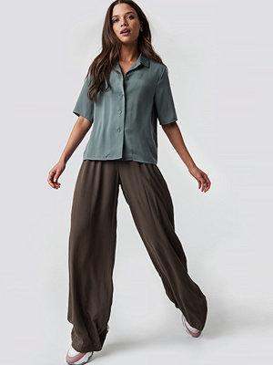 Emilie Briting x NA-KD omönstrade byxor Put On Suit Pants brun