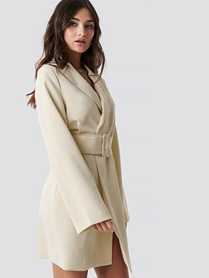 NA-KD Trend Wide Sleeve Belted Blazer Dress vit