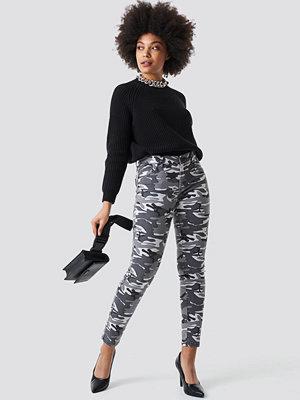 NA-KD mönstrade byxor Camo Skinny Jeans multicolor