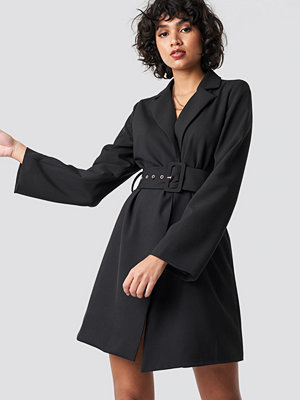 NA-KD Trend Wide Sleeve Belted Blazer Dress svart