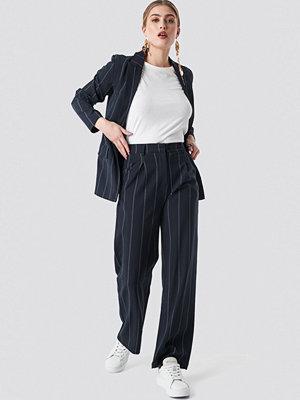 NA-KD Classic svarta randiga byxor Pinstriped Straight Suit Pants blå