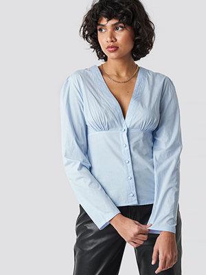 NA-KD Trend V-Neck Buttoned Front LS Top blå