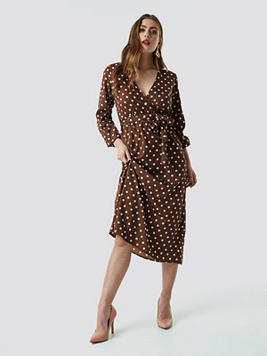 NA-KD Trend Wrap Over Tie Waist LS Dress brun