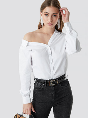 NA-KD Trend Asymmetric Shoulder Cotton-blend Shirt vit