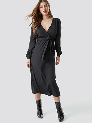 NA-KD Trend Wrap Over Tie Waist LS Dress - Midiklänningar