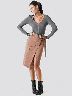 Julia Wieniawa x NA-KD Overlapped Belted Midi Skirt brun