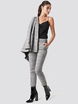 Julia Wieniawa x NA-KD ljusgrå rutiga byxor Ankle Suit Pants grå