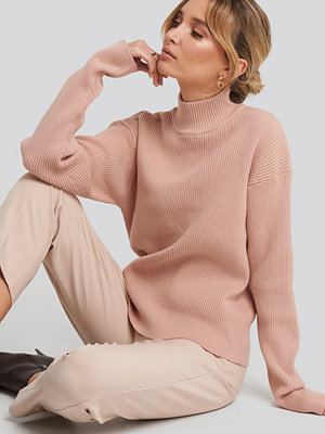 NA-KD High Neck Ribbed Sweater rosa