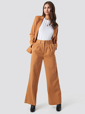 NA-KD Classic omönstrade byxor High Waist Flared Suit Pants brun orange