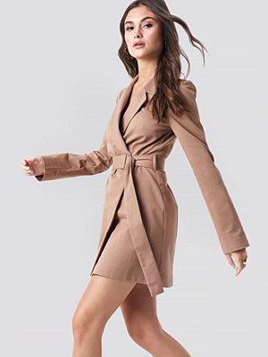 Julia Wieniawa x NA-KD Overlapped Belted Blazer Dress brun