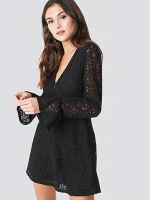 Julia Wieniawa x NA-KD V-Neck Lace Dress svart