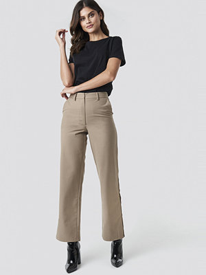 NA-KD Trend omönstrade byxor Button Detailed Trousers beige