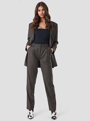 NA-KD Classic grå byxor Straight Suit Pants brun