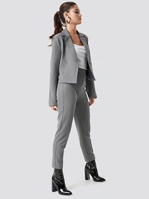 Julia Wieniawa x NA-KD ljusgrå byxor Tailored Slim Suit Pants grå