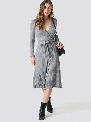 Mango Fama Midi Dress grå