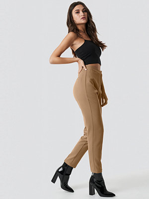 Julia Wieniawa x NA-KD beige byxor Tailored Slim Suit Pants brun