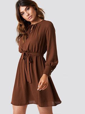 Trendyol Tile Waist Ruffled Dress brun