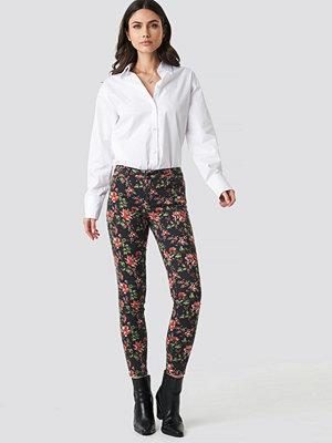 NA-KD Dark Floral Jeans multicolor