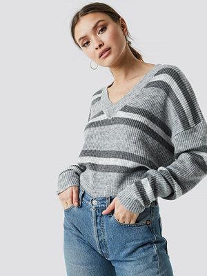 NA-KD V-neck Striped Knitted Sweater grå