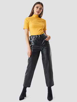 Chloé B x NA-KD byxor Pu Leather Belted Pants svart