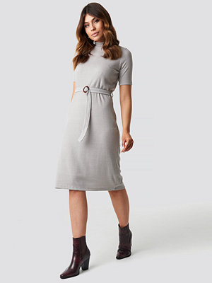 Trendyol Belted Knitted Midi Dress grå