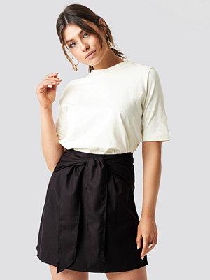 Milena Karl x NA-KD Knot Mini Skirt svart
