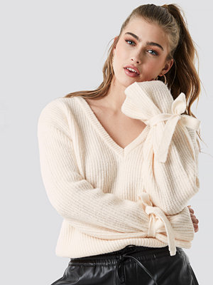 Linn Ahlborg x NA-KD V-Neck Tie Sleeve Sweater vit