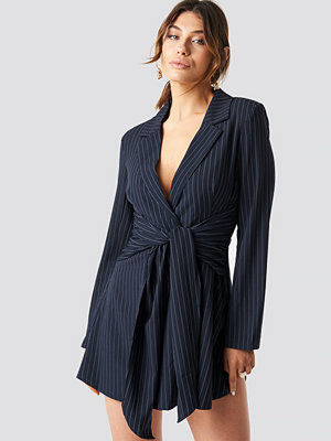 Milena Karl x NA-KD Pinstripe Knot Mini Dress blå