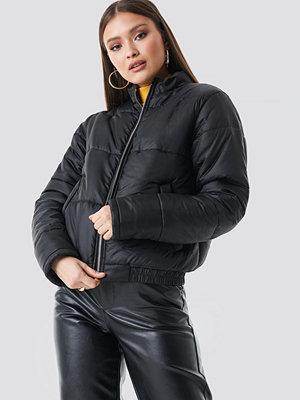 Chloé B x NA-KD Short Puffer Jacket svart