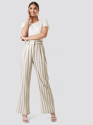 Kae Sutherland x NA-KD randiga byxor Tailored Striped Trousers beige