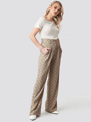 Kae Sutherland x NA-KD prickiga byxor Spotted Wide Leg Trousers beige