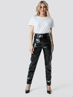 NA-KD Party svarta byxor Straight Leg Patent Pants svart