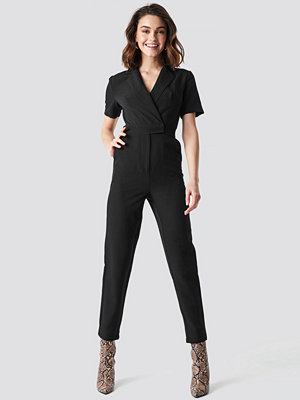NA-KD Overlap Collared Jumpsuit svart