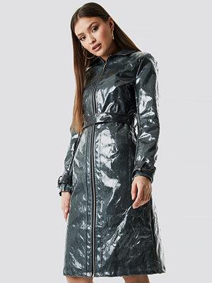 Chloé B x NA-KD Patent Long Jacket grön