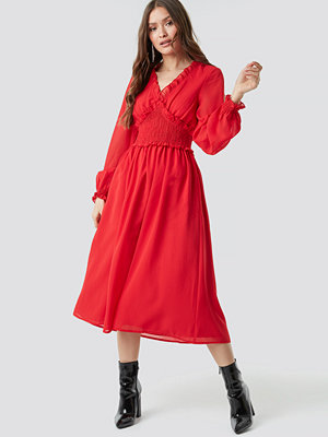 NA-KD Boho Smock Detail V-Neck Midi Dress röd