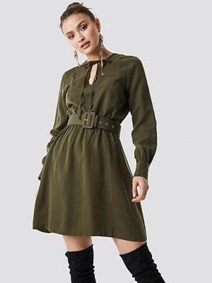 Trendyol Belt Detailed Midi Dress grön