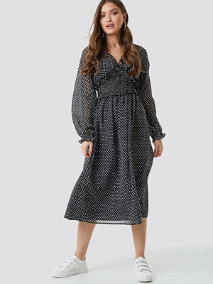 NA-KD Boho Smock Detail V-Neck Midi Dress svart