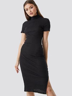 Chloé B x NA-KD Jersey Rib Midi Dress svart