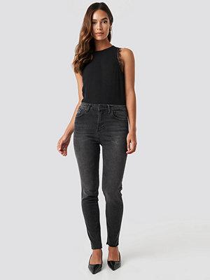 NA-KD Skinny Raw Hem Jeans svart