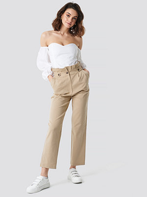 NA-KD omönstrade byxor Button Detail Paperbag Pants beige