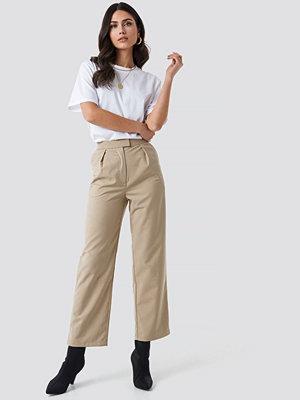 NA-KD omönstrade byxor Pleated Trousers beige