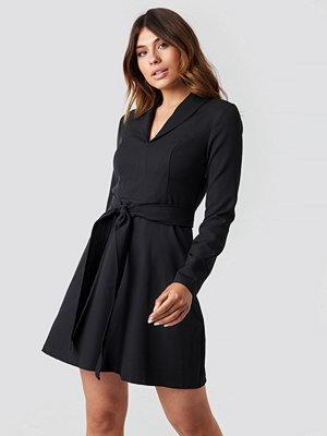 Trendyol Collar Belt Detailed Dress svart