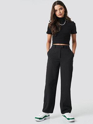 Astrid Olsen x NA-KD svarta byxor Pinstripe Pants svart