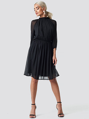 NA-KD Boho High Neck Elastic Waist Puff Dress svart
