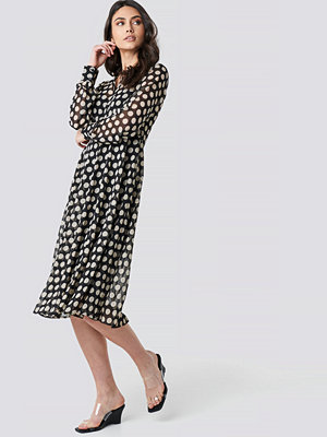 NA-KD Boho Dotted Chiffon Shirt Dress svart