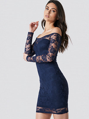 NA-KD Party Off Shoulder Lace Dress blå