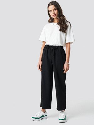 Astrid Olsen x NA-KD svarta byxor Drawstring Suit Pants svart