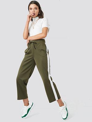 Astrid Olsen x NA-KD byxor Side Stripe Pants grön