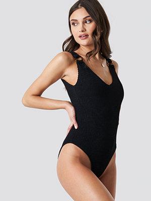 Camille Botten x NA-KD Tortoise Detail Smocked Swimsuit svart